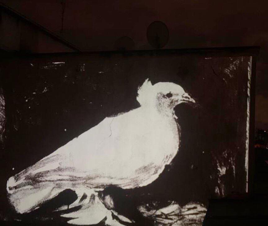 Litografia di Picasso, inviata da Samuele Gore || Nel 1949 Picasso disegna una colomba per il congresso mondiale dei fautori della pace, che si tiene a Parigi. Nello stesso momento nasce  sua figlia e la chiama Paloma che significa colomba in spagnolo. Da allora la colomba diviene il simbolo di pace universale.